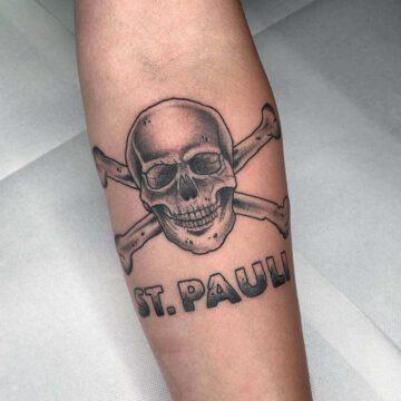 black-traditional-st-pauli-skull-tattoo-oldschool-hamburg-tattoostudio-harry-hafensänger-holy-harbor