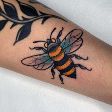 traditional-biene-bee-tattoo-oldschool-hamburg-tattoostudio-harry-hafensänger-holy-harbor