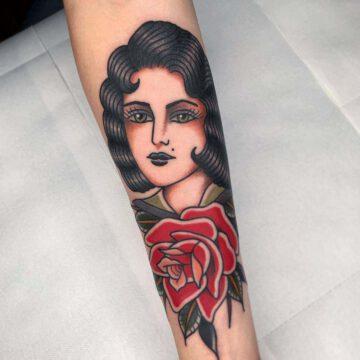 traditional-girl-rose-tattoo-oldschool-hamburg-tattoostudio-harry-hafensänger-holy-harbor