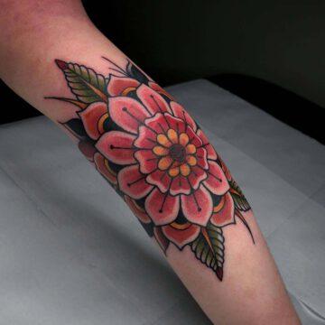 traditional-mandala-flower-ellenbogen-tattoo-oldschool-hamburg-tattoostudio-harry-hafensänger-holy-harbor