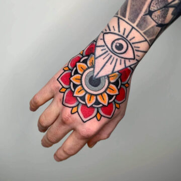 traditional-mandala-flower-hand-tattoo-oldschool-hamburg-tattoostudio-harry-hafensänger-holy-harbor