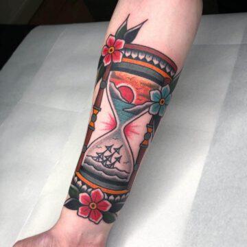 traditional-sanduhr-hourglass-tattoo-oldschool-hamburg-tattoostudio-harry-hafensänger-holy-harbor