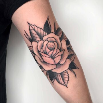 black-traditional-rose-flower-tattoo-oldschool-hamburg-tattoostudio-harry-hafensänger-holy-harbor