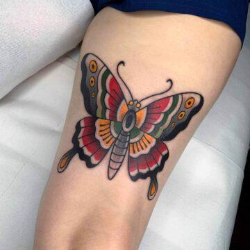 traditional-butterfly-schmetterling-oberschenkel-tattoo-oldschool-hamburg-tattoostudio-harry-hafensänger-holy-harbor