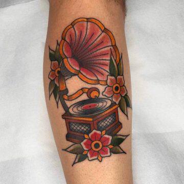 traditional-gramophone-music-tattoo-oldschool-hamburg-tattoostudio-harry-hafensänger-holy-harbor